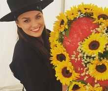 Ewa Farna slavila narozky na pódiu, dostala srdce ze slunečnic