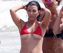 Sestra Kim Kardashian odhalila v plavkách půlku ňader