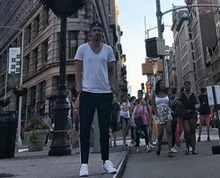 Leoš Mareš v teplákách v New Yorku. Co by na to řekl jeho stylista?