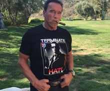 Terminátor Arnold Schwarzenegger bojuje proti neonacistům